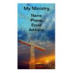 Vieja cruz cristiana contra un cielo hermoso tarjetas de visita