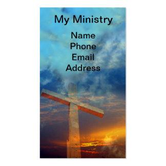 Vieja cruz cristiana contra un cielo hermoso tarjetas personales