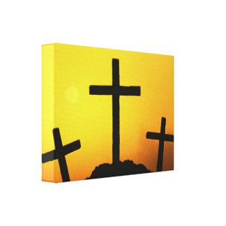 Vieja cruz de madera rugosa en la colina del lienzo envuelto para galerías