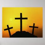 Vieja cruz de madera rugosa en la colina del poster