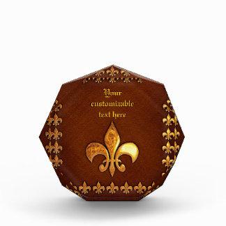 Vieja cubierta de cuero con la flor de lis de oro