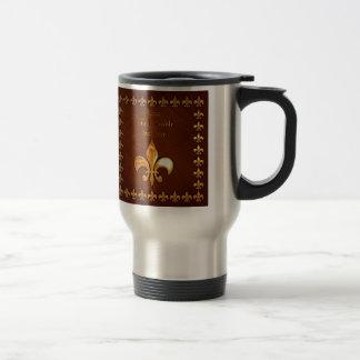 Vieja cubierta de cuero con la flor de lis de oro taza de café