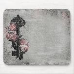 Vieja llave y rosas alfombrillas de raton
