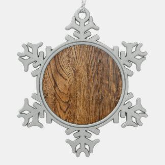 Vieja mirada de madera del grano adorno de peltre en forma de copo de nieve