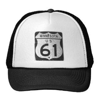 Vieja muestra de la carretera 61 gorras