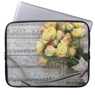 Vieja partitura con los rosas amarillos fundas portátiles