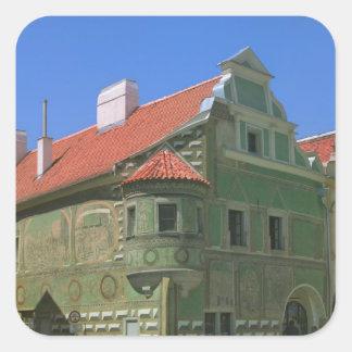 Vieja plaza rodeada por el siglo XVI 2 Pegatina Cuadrada