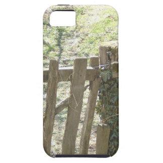 Vieja puerta de madera cubierta en hiedra y musgo iPhone 5 cárcasa