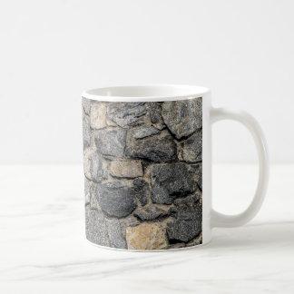 Vieja textura de la pared de piedra taza básica blanca