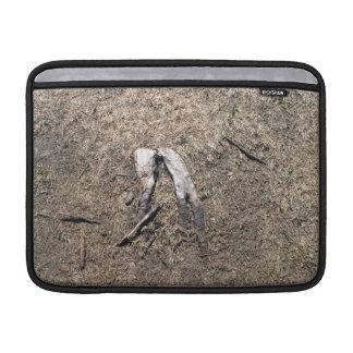 Vieja textura de las agujas del pino funda para macbook air