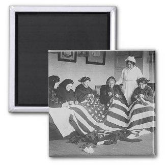 Viejas mujeres de la foto que hacen la bandera ame imán cuadrado
