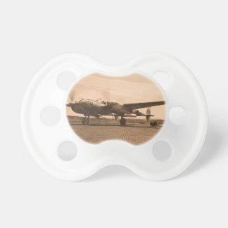 Viejo avión del apoyo chupete de bebé