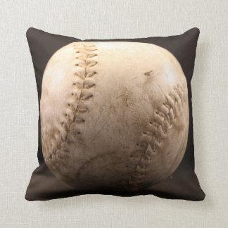 Viejo béisbol con las marcas de los puños cojín