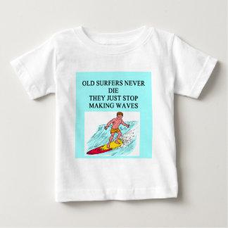 viejo chiste de la persona que practica surf playera de bebé