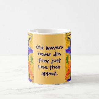 viejo chiste de los abogados taza básica blanca