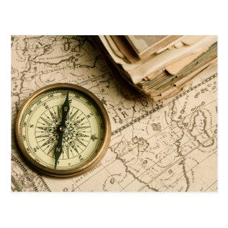 Viejo compás sobre mapa antiguo tarjeta postal