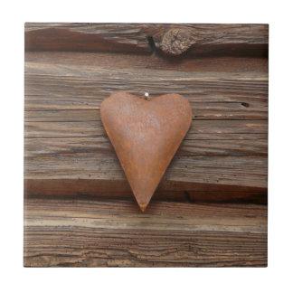 Viejo corazón rústico en la madera de la cabaña de teja