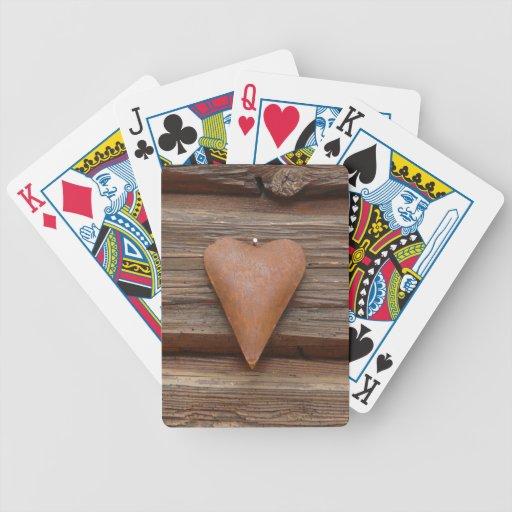 Viejo corazón rústico en la madera de la cabaña de baraja de cartas