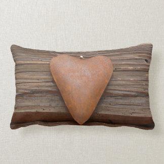 Viejo corazón rústico en la madera de la cabaña de almohadas