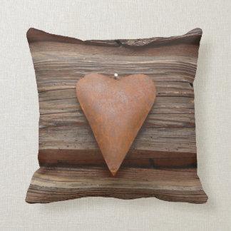 Viejo corazón rústico en la madera de la cabaña de almohada