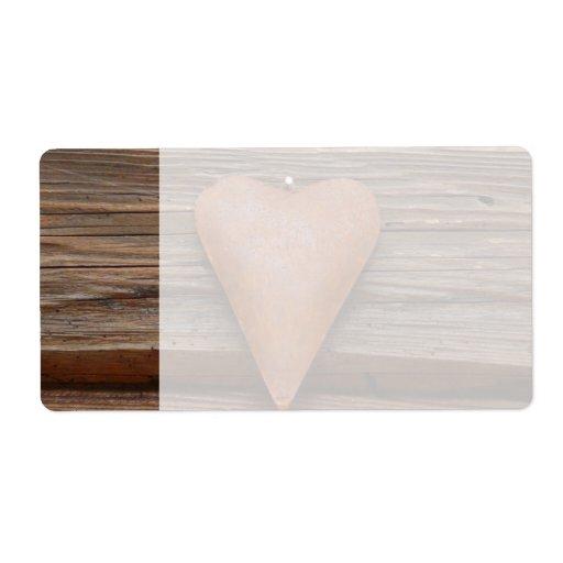 Viejo corazón rústico en la madera de la cabaña de etiqueta de envío