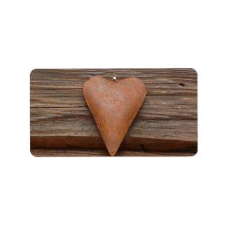 Viejo corazón rústico en la madera de la cabaña de etiqueta de dirección