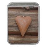 Viejo corazón rústico en la madera de la cabaña de manga de iPad
