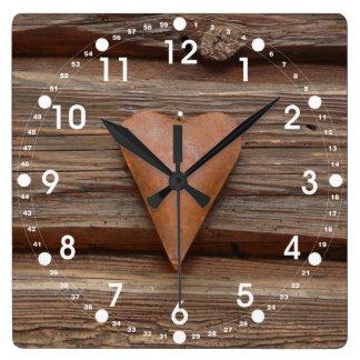 Viejo corazón rústico en la madera de la cabaña de reloj cuadrado