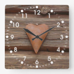 Viejo corazón rústico en la madera de la cabaña de reloj