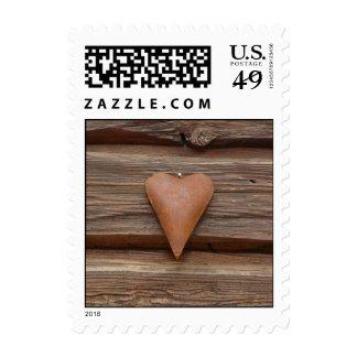 Viejo corazón rústico en la madera de la cabaña de envio
