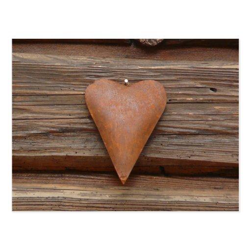 Viejo corazón rústico en la madera de la cabaña de postal