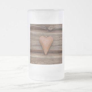Viejo corazón rústico en la madera de la cabaña de taza de cristal