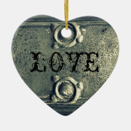 Viejo detalle del hierro adorno de cerámica en forma de corazón