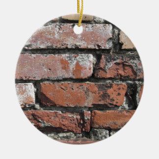 Viejo fondo de la pared de ladrillo adorno navideño redondo de cerámica