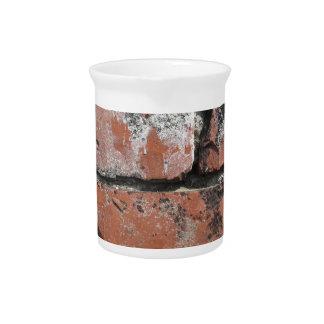 Viejo fondo de la pared de ladrillo jarras de beber