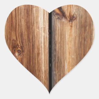 Viejo fondo de madera de puerta de granero pegatina en forma de corazón