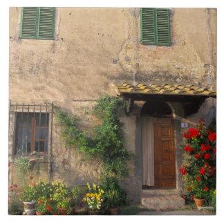 Viejo hogar hermoso con las flores en San Gimignan Azulejo Cuadrado Grande