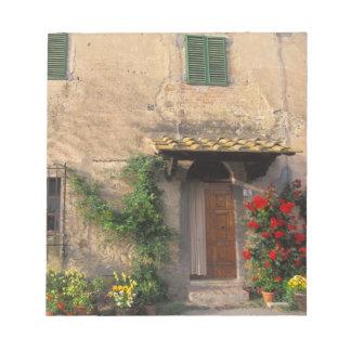 Viejo hogar hermoso con las flores en San Gimignan Bloc De Papel