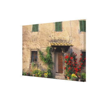 Viejo hogar hermoso con las flores en San Gimignan Impresión En Tela