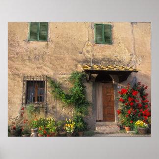 Viejo hogar hermoso con las flores en San Gimignan Póster