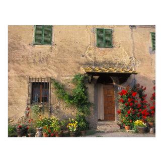Viejo hogar hermoso con las flores en San Gimignan Tarjeta Postal