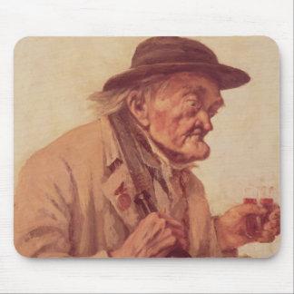 Viejo hombre con un vidrio de vino tapete de ratones