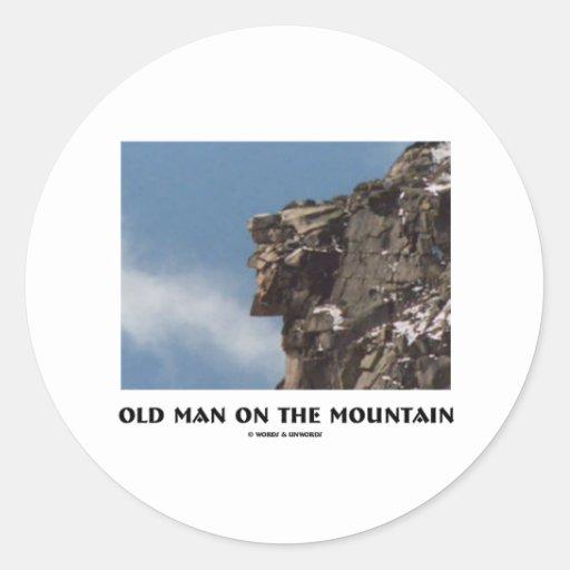 Viejo hombre en la montaña (ilusión óptica) pegatina redonda