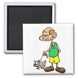 Viejo hombre que camina el perro imán cuadrado