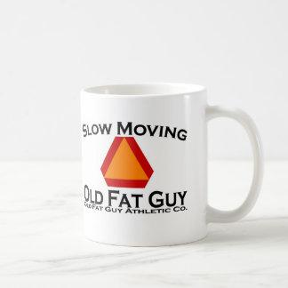 Viejo individuo gordo de movimiento lento tazas de café