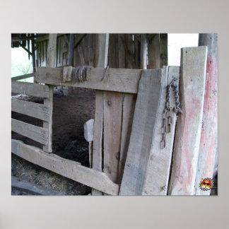 Viejo interior del granero con las herraduras póster