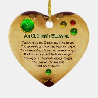Viejo navidad irlandés que bendice el pergamino adorno navideño de cerámica en forma de corazón