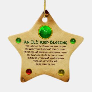 Viejo navidad irlandés que bendice el pergamino de adorno navideño de cerámica en forma de estrella