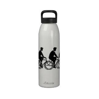 Viejo paseo de los ciclistas de las bicicletas de botella de agua reutilizable