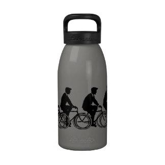 Viejo paseo de los ciclistas de las bicicletas de botella de beber